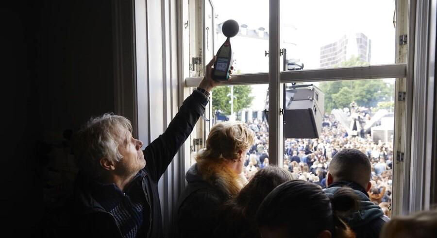 Claus Backalarz måler støj i en lejlighed på Sankt Hans Torv i forbindelse med Distortion på Nørrebro.