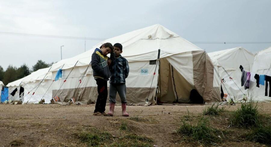 To børn leger i en flygtningelejr i det vestlige Athen 18. marts.