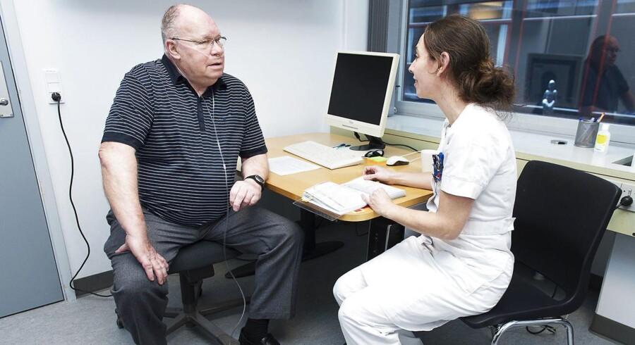 KOL-patient og pensioneret politimand Kurt Bosold, som her er i selskab med sygeplejerske Marie Lavesen under et af sine mange sygehusbesøg, har på sine gamle dage forståelse for, at sundhedsvæsenet må prioritere.
