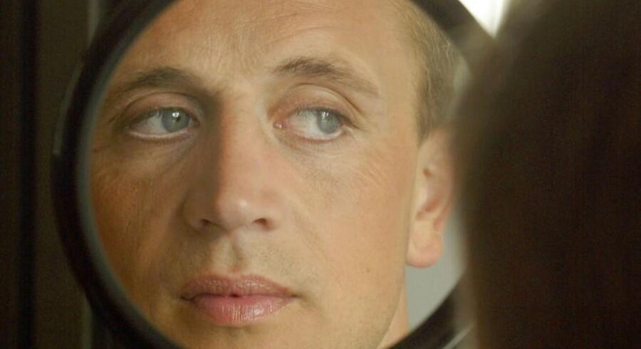 Mande-makeup trin for trin. Peter K Rasmussen ser sig i spejlet.