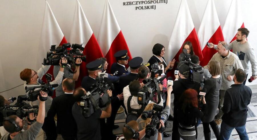 Israels ambassadør, Anna Azari, taler til medierne efter et møde med Polens Stanislaw Karczewski.