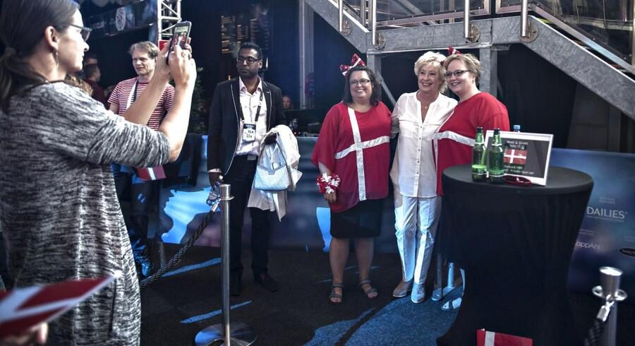 Birthe Kjær stiller op til billeder med fans ved Eurovision 2016 i Stockholm