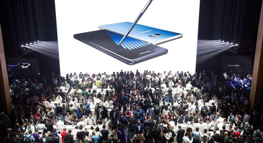 Der var stort fremmøde til pressepræsentationen af Samsungs nye toptelefon, Galaxy Note 7, i New York 2. august. Nu er bestillingerne ved at blive et problem for Samsung, som ikke kan levere i samme tempo. Arkivfoto: Drew Angerer, Getty Images/AFP/Scanpix