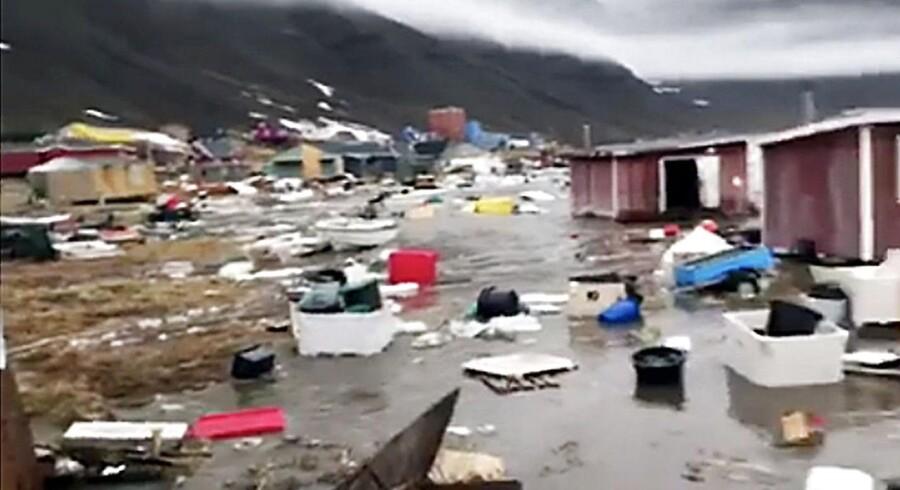 »De flygtede, og vi kunne se, at flere huse blev trukket ned i vandet,« fortæller Nukannguaq Samuelsen, der så flodbølgen ramme Karratfjorden.