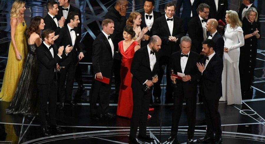 »La La Lands« producer Jordan Horowitz (tv) sammen med skuespiller Warren Beaty og Oscars-vært Jimmy Kimmel, lige efter Warren Beaty har læst op fra den konvolut han fejlagtigt er blevet givet, og udnævnt »La La Land« får årets film, i stedet for »Moonlight«.