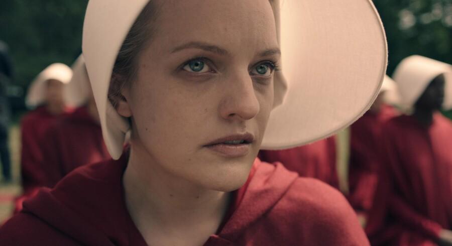 Elisabeth Moss som Offred, der tvinges til menneskeligt avlsarbejde for militærdiktaturet i »The handmaid's tale«. Foto: HBO Nordic