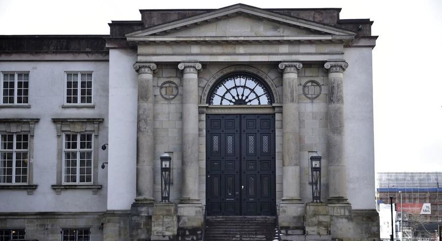 I Østre Landsret mødes dommere og advokater tirsdag, fordi en stor gruppe mennesker kræver i alt 30,5 millioner kroner, som de tabte på at købe aktier i forbindelse med en redningsaktion for banken.