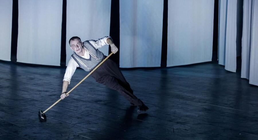 Peter Zandersen koster afsted som Thummelumsen i Nørrebro Teaters crazy-udgave af Gustav Wieds »Livsens ondskab«. Foto: Ulrik Jantzen.