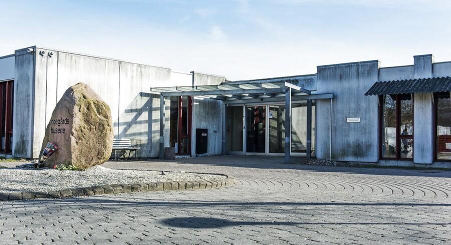 Blomster foran Center Lindegården i Roskilde, hvor 57-årige Vivi Nielsen blev stukket ihjel af en patient fredag den 25. marts 2016.