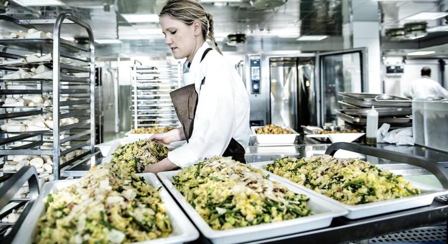 Claus Meyers catering-kokke har fået en del mere plads at boltre sig på i virksomhedens nye storkøkken på Amager. Storkøkkenet, som er allerede er åbnet, indeholder faciliteter som et kokkelaboratorium, egen bager og en pølsemager. Kokkene anretter hver dag 3.000 frokostkuverter, som køres ud til flere end 45 forskellige virksomheder i Københavns-området.