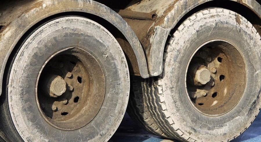 En 53-årig mand er død, efter at han tidligt tirsdag morgen kørte ind i en parkeret lastbilanhænger nær den lille by Arnborg syd for Herning.