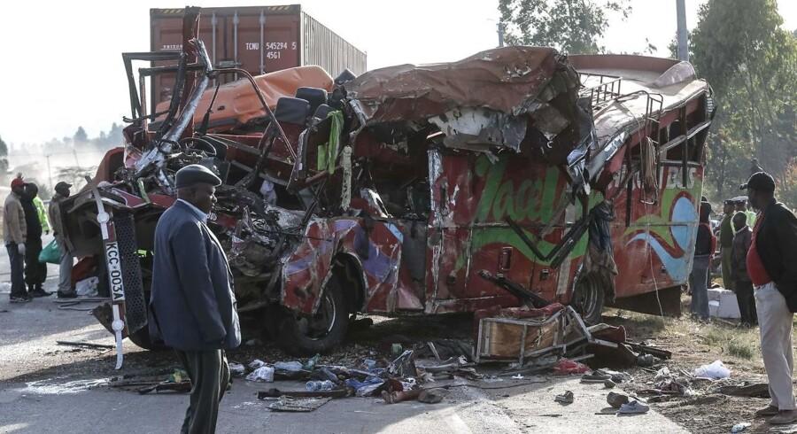 Tidligt søndag morgen kørte en bus frontalt sammen med en lastbil i Kenya. AFP PHOTO / STR