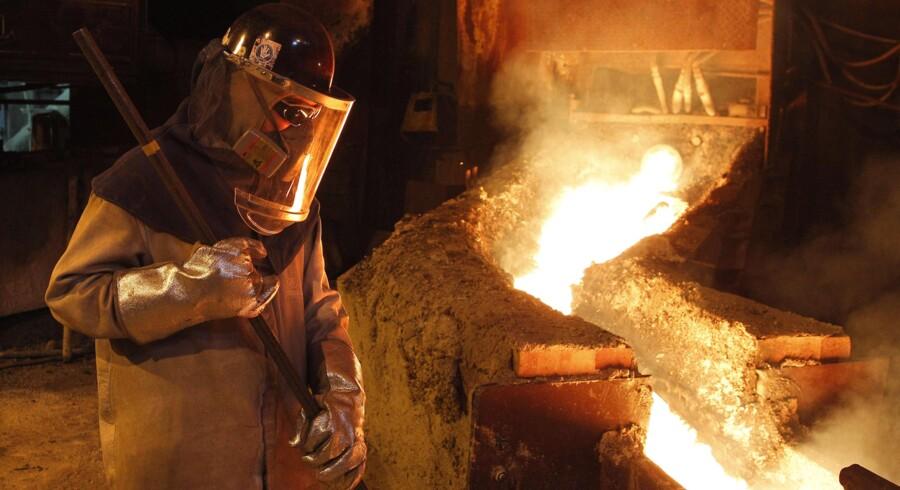 Chile, som i modsætning til sine nabolande har ført en fornuftig økonomisk politik, er hårdt ramt af prisfaldet på kobber, der er af afgørende betydning for landets økonomi. Chile er verdens største kobberproducent, og en tredjedel af statens indtægter kan tilskrives kobbersektoren. Her et glimt fra kobberraffinaderiet i Vetanas, nordvest for hovedstaden Santiago. Foto: Rodrigo Garrido/Reuters