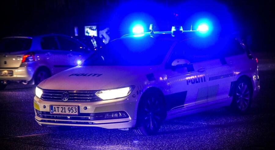 Efter knivstikkeriet eftersøgte politiet en 17-årig dreng, og lørdag eftermiddag meldte han sig selv til politiet. Der er tale om en dreng, der bor i København.