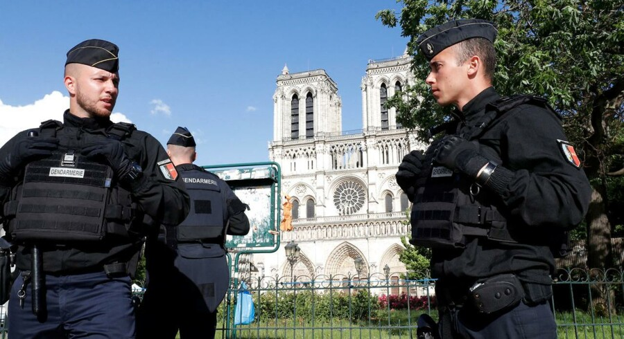Tirsdag omkring kl. 16.30 gik en mand til angreb mod fransk politi med en hammer foran Notre Dame-katedralen, der er en af byens mest populære turistattraktioner.