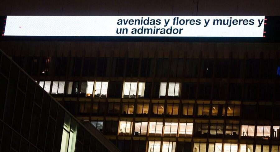 Digtet »Avenidas«, som er skrevet af den schweizisk-bolivianske kunstner Eugen Gomringer, ses her i et udsnit på toppen af Axel Springer Building i Berlin, som viser det for at understøtte kunstnerisk frihed. Det er samme digt, der nu skal fjernes fra facaden på Alice Salomon Hochschule.