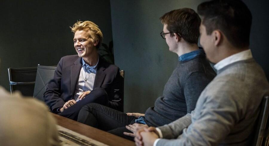 Kristoffer Schaldemose blev som nyuddannet statskundskaber ansat i konsulentfirmaet Qvartz. Som ny konsulent modtager han intern oplæring, ligesom han - som her på billedet - holder jævnlige møder med andre nyansatte, hvor de diskuterer deres arbejdsliv.