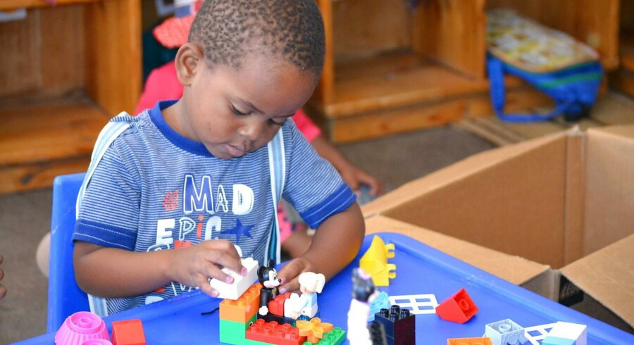 Partnerskaber er en væsentlig del af ansvarlighedsstrategien hos den danske legetøjsproducent Lego. Sidste år indgik Lego-fonden og Lego Group et omfattende partnerskab med Unicef. Lego bidrager med sin viden om linket mellem leg og tidlig læring i blandt andet i en række projekter i Sydafrika, hvor billedet er taget. Foto:Sudeshan Reddy/Unicef