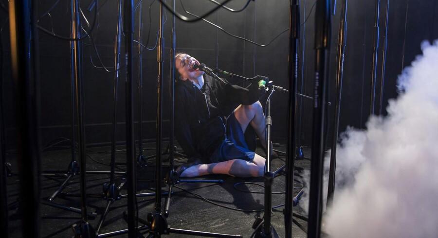 """Uformuleret skrig: Stine Gyldenkerne mellem mikrofonerne i """"Revolt. She Said. Revolt Again."""" Foto: Bjarne Stæhr."""