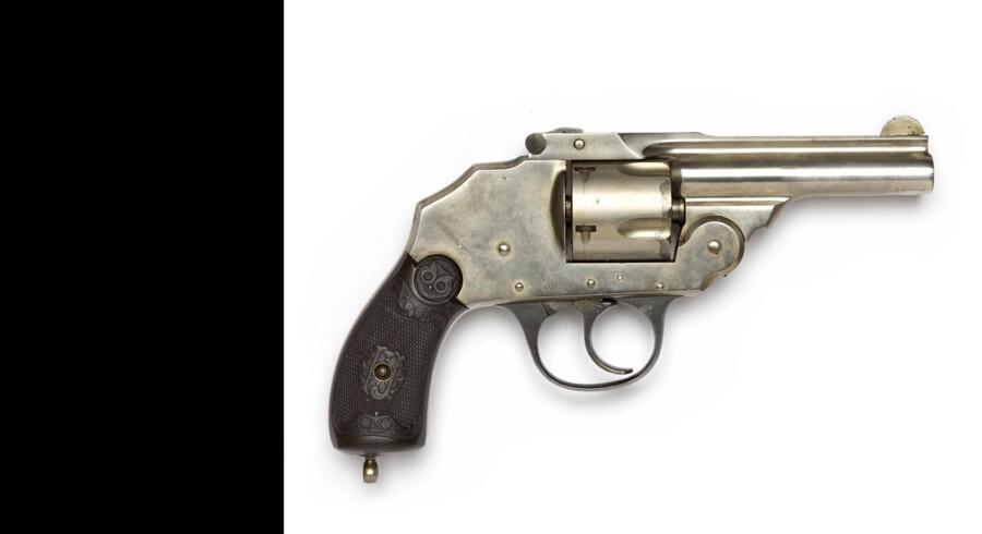 En revolver dukkede op under en ransagning onsdag aften i Sønderborg. Billedet viser en revolver fra en anden sag. Free/Københavns Politi
