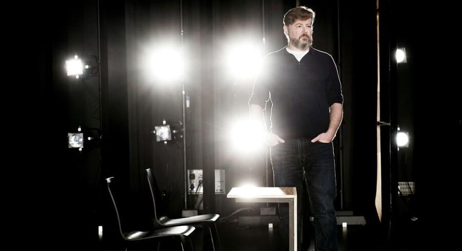 Christoffer Berdal er instruktør på et nyt teaterstykke på Det Kgl. Teater der stiller spørgsmålstegn ved, hvordan terror-truslen påvirker vores samfund. Forestillingen er opsat som en retssal, hvor publikum agerer jury.