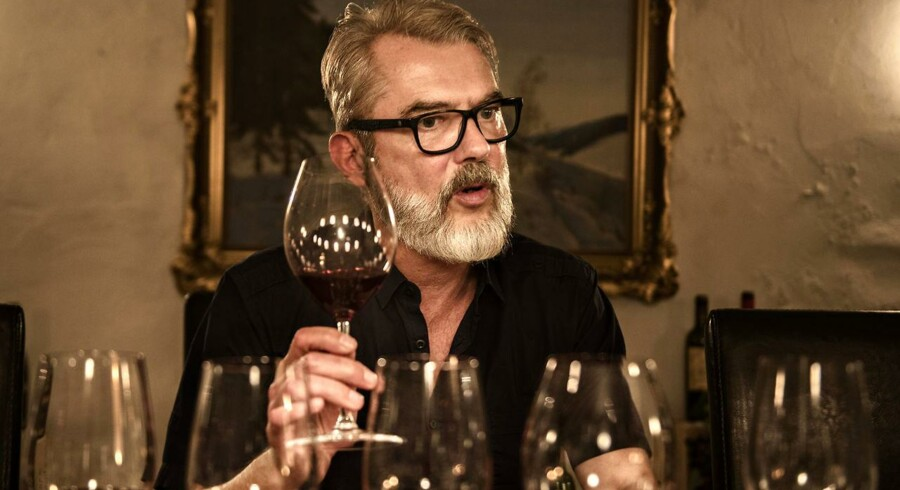 Vin-ekspert Søren Frank smager på Prins Henriks vine Cayx.