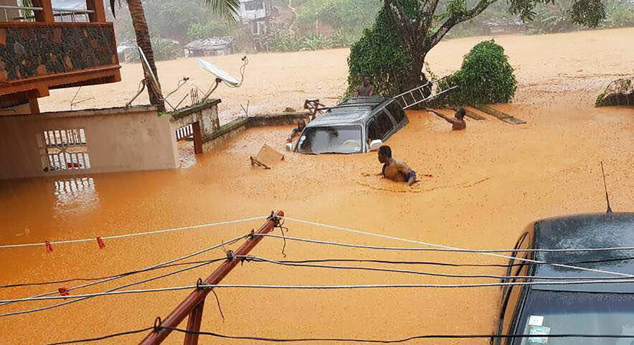 Dødstallet kan stige yderligere efter de kraftige mudderskred i Sierra Leones hovedstad, Freetown. Her ses de oversvømmede gader i Freetown.