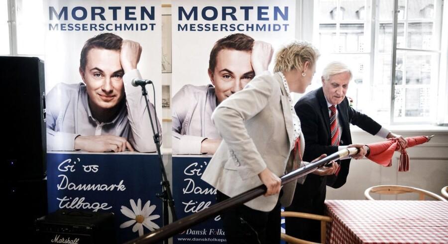 Arkivfoto: Partisekretær i Dansk Folkeparti, Poul Lindholm, gør klar til valg-aften på Christiansborg.