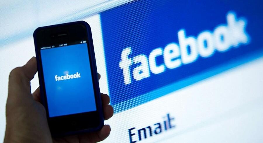 Arkivfoto: Facebook-logo på mobil og computer.