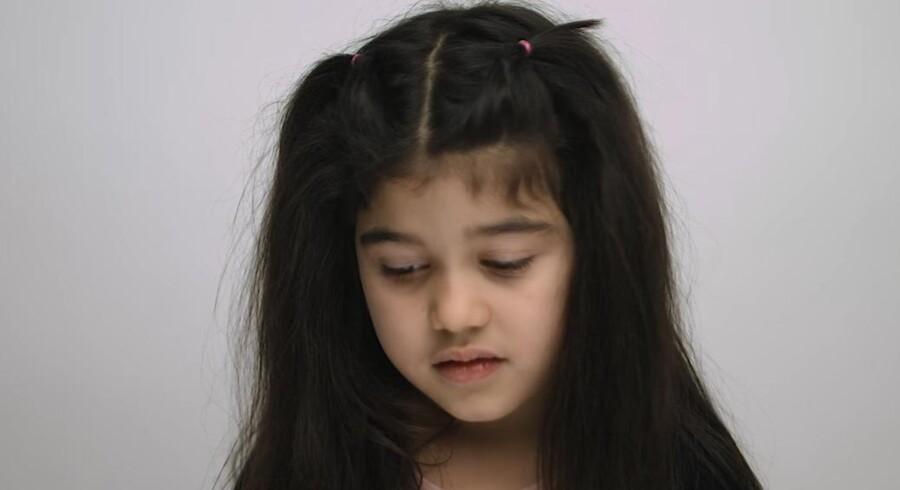 Screenshot fra videoen af syvårige Scarlett. Gorilla Media har givet Berlingske tilladelse til at bruge billedet.