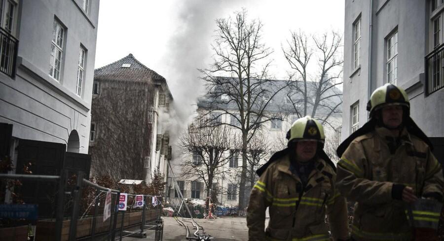 Brand i Holsteins Palæ på Stormgade fotograferet mandag den 14. marts 2016. Brandens flammer er blevet slukket, men gløder imellem brædder og vægge kan tage op til et døgn at komme til livs.