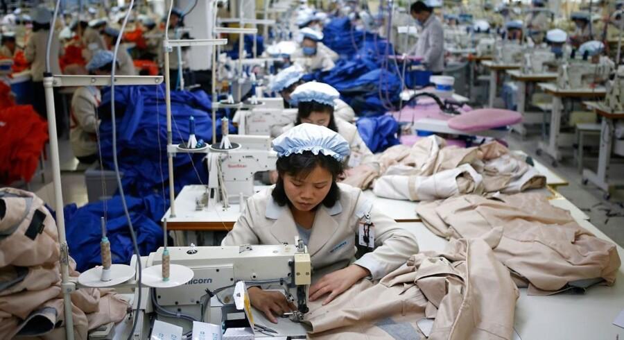 Nordkoreanske ansatte arbejder på en Sydkoreansk fabrik i industriområdet Kaesong, tæt på grænsen mellem Nord- og Sydkorea.