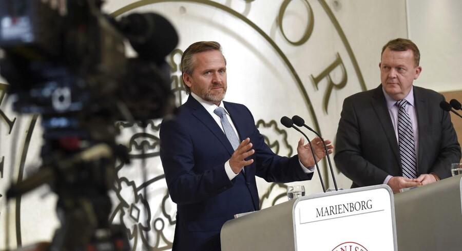Statsminister Lars Løkke Rasmussen (th) præsenterer nyt regeringsgrundlag sammen med Konservatives leder Søren Pape Poulsen og Liberal Alliances leder Anders Samuelsen (tv) søndag d. 27. november 2016 på Marienborg. (Foto: Keld Navntoft/Scanpix 2016)