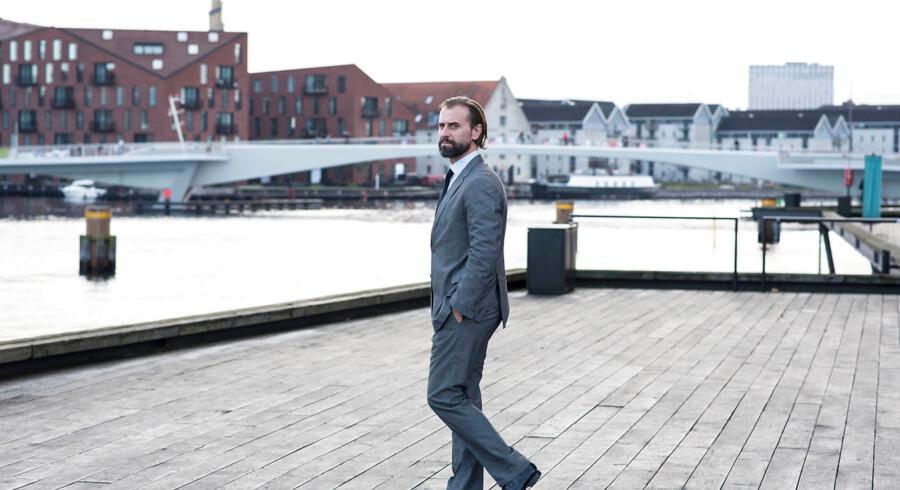 Morten Albæk med en historie- og filosofiuddannelse har skabt sig en højtprofileret karriere i erhvervslivet. I dag er han stifter af rådgivningsselskabet Voluntas og medlem af Vatikanstatens råd for kunst og teknologi.
