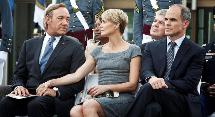 Parret Frank og Claire Underwood fra TV-serien »House of Cards« - den nye sæson har premiere i dag - er indbegrebet af politisk kynisme. Til højre ses Franks stabschef, Doug Stamper, der er lige så nådesløs som sin chef. Foto: Netflix