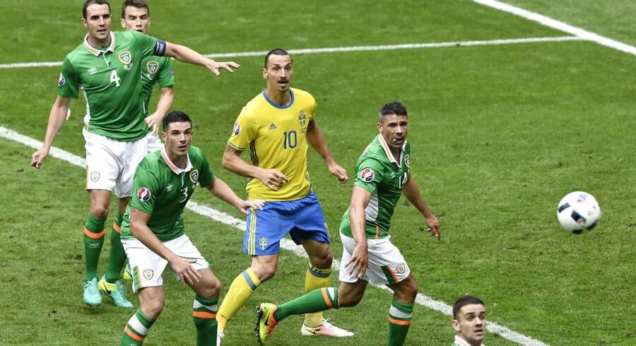 Her ses Sverige spille uafgjort mod Irland. Klik dig i gennem for at få et indtryk af samtlige af de deltagende landes hooligan-kultur.