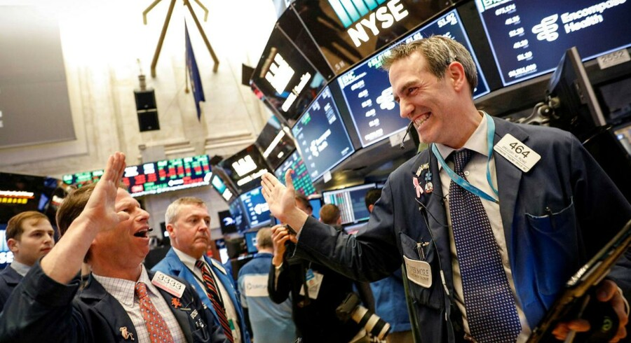 De amerikanske børshandlere på Wall Street har fundet mange forskellige miner frem de seneste uger, men flere danske analytikere peger på, at den generelle økonomi og selskabernes økonomi er så stærk, at der vil komme flere high fives end panderynker det næste år på børsen.