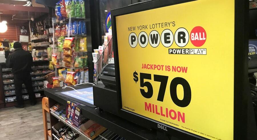 Vinderen kan se frem til at modtage en gevinst på hele 570 millioner dollar - svarende til omkring 3,5 milliarder kroner.. REUTERS/Carlo Allegri