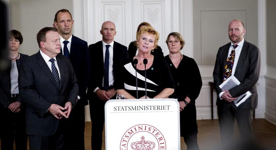 Trepartsforhandlingerne fortsætter, fredag den 15. april 2016, klokken 13.00. Statministeriet. Her statsminister, Lars Løkke Rasmussen med blandt andre Lizette Riisgaard fra FTF og Jacon Holbraad fra DA.
