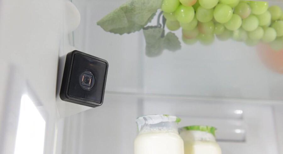 Når man står i supermarkedet og ikke kan huske, om der nu er mælk eller æg nok, eller om man har nogen tomater tilbage, kontakter man fremover sit køleskab, som har et kamera siddende indeni. Det tager så lige et billede (efter naturligvis først at have tændt lyset, så man kan se noget) og sender det til mobiltelefonen. Og sådan vil Tingenes Internet ændre vores liv - hvis vi tør... Foto: Rainer Jensen, EPA/Scanpix