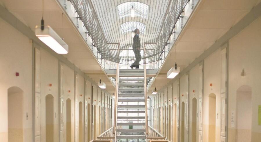 Ifølge Radio24syv går indsatte i danske fængsler og arresthuse iklædt hættetrøjer, T-shirts og huer med firmanavne og telefonnumre på nogle af Danmarks største advokatkontorer inden for strafferet.