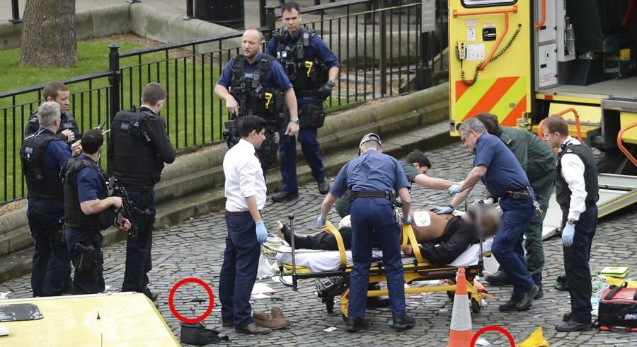 Ambulanceholdet ude foran gerningsstedet i London, der onsdag blev ramt af et terrorangreb.