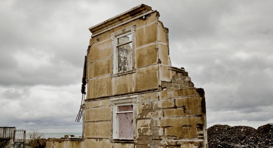 Familiens Dolidzes første hus blev ødelagt i løbet af bare en enkelt storm, og så hjælper det meget lidt, at myndighederne senere har kørt byggematerialer ud mellem den tilbageværende ruin og bølgerne.