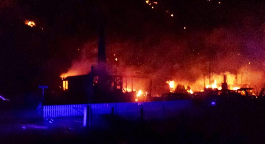 Et mobil-foto taget i nat af den voldsomme brand, der hærgede den lille by Lærdalsøyri