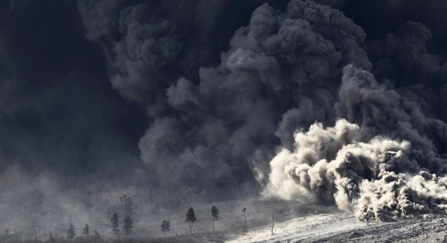 Siden september sidste år, har vulkanen Mount Sinabung i det nordlige Sumatra været i udbrud gentagende gange og starten af 2014 har kun bragt mere lava og aske med sig. En fire kilometer høj askesky har efterladt byer grå af aske og både huse og landbrug har taget skade. Flere dyr er døde af forgiftning og mindst 19.000 mennesker er evakueret. Se de vilde billeder her.