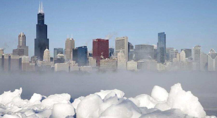 En storm af arktisk kulde har ramt midten af USA og sætter kulde-rekorder flere steder. I Chicago på billedet har man målt minus 18 grader, som dog føles betydeligt koldere på grund af vindens chillfaktor.