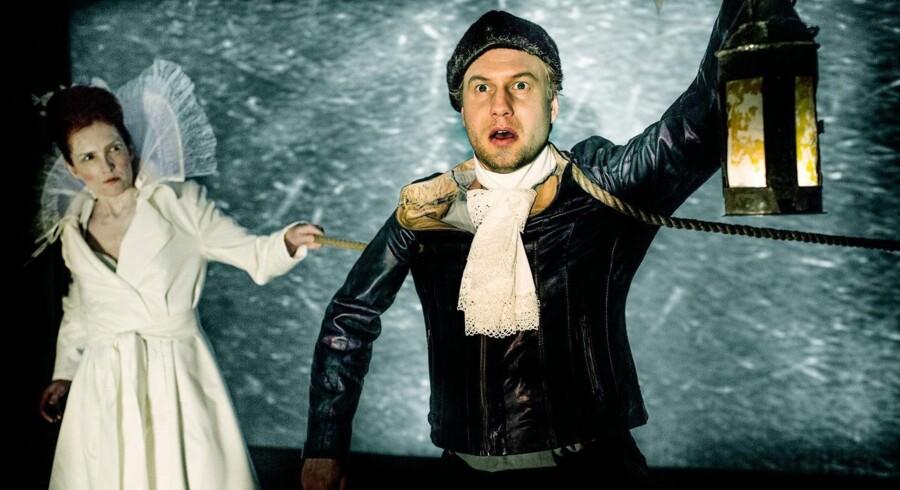 »Alverden god Nat« spiller på Takkelloftet i disse dage. Andreas Landin er søhelten Jens Munk på farefuld færd i Nordatlanten, Helene Gjerris synger moderen og isens inkarnation. Foto: Ditte Valente