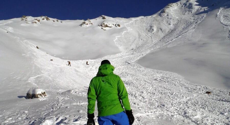 En redningsarbejder ser ud over den lavine, som søndag dræbte fire skiløbere ved alpebyen Mase i Canton de Valais i Schweiz.