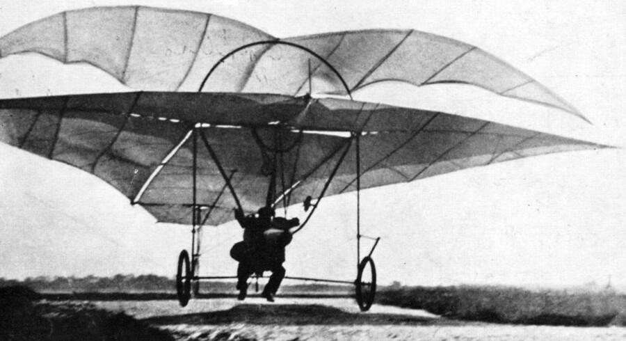 """Opfinder Jacob Christian Hansen Ellehammer""""s flyvemaskine. Som den påstået første i Europa """"letter"""" han fra jorden i et fly den 12. september 1906. Turen er på 42 meter i en halv meters højde."""
