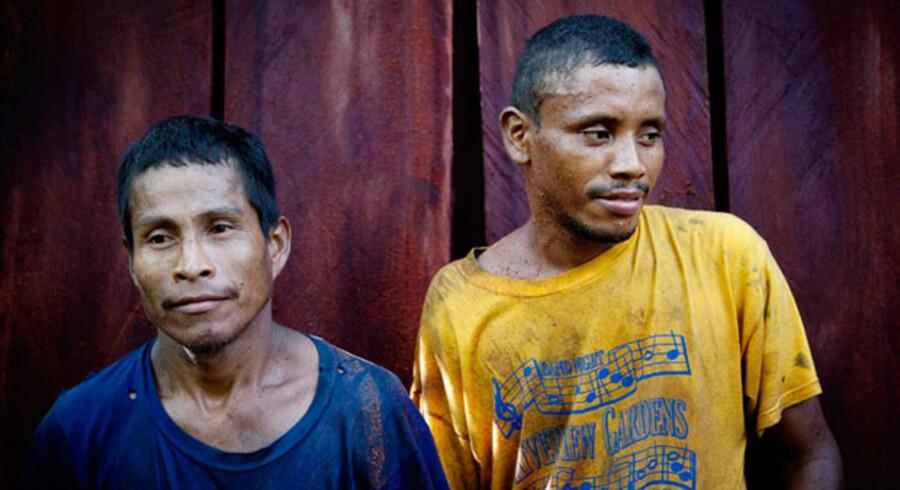 Klokken halv fire om eftermiddagen er dagens arbejde færdigt. Tomas Norman har nok planker til at gøre sit hus færdigt. De to trætte mænd poserer foran frugten af deres slid.